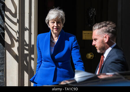 London, UK. 21 May, 2019. Prime Minister Theresa May leaves 10 Downing Street to make a Brexit statement following Cabinet agreement earlier in the day of her plan for her Withdrawal Agreement Bill. Foreign Secretary Jeremy Hunt, Home Secretary Sajid Javid, International Trade Secretary Liam Fox, Defence Secretary Penny Mordaunt, International Development Secretary Rory Stewart, Attorney General Geoffrey Cox and Chief Whip Julian Smith left 10 Downing Street immediately before her. Credit: Mark Kerrison/Alamy Live News - Stock Image