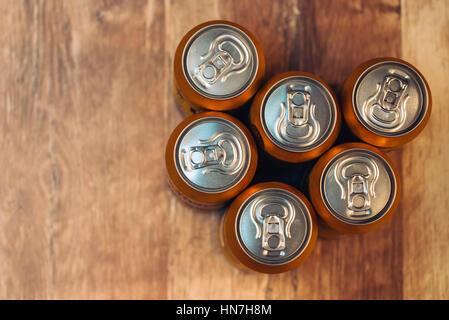 Des canettes de bière sur la vue de dessus de table en bois rustique avec espace copie - Image