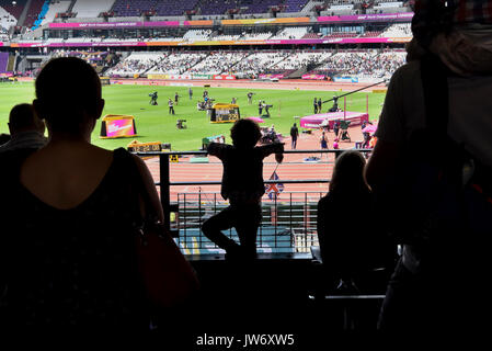 London, UK.  11 August 2017. A young fan is seen in silhouette watching the high jump qualification at the London Stadium, on day eight of The IAAF World Championships London 2017. Credit: Stephen Chung / Alamy Live News - Stock Image