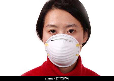 Femme asiatique portant un masque sur fond blanc - Image