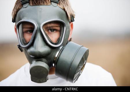 Gros plan du garçon portant un masque à gaz - Image