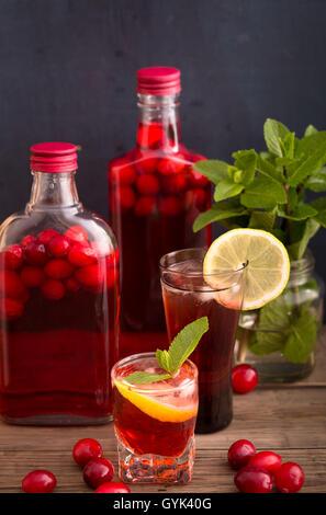 Coups et bouteilles de boisson aux canneberges - Image