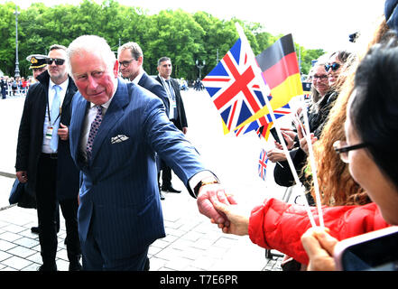 Berlin, Germany. 07th May, 2019. The British Prince Charles (front) speaks with spectators in front of the Brandenburg Gate. Credit: Bernd Von Jutrczenka/dpa/Alamy Live News - Stock Image