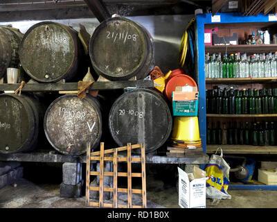 Barils de cidre et bouteilles de jus de pomme dans une ferme, Aveton Gifford, South Hams, Devon. Royaume-Uni - Image