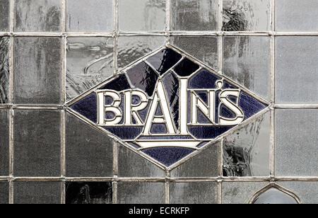 Nom de bière de cervelle dans la fenêtre de pub au plomb, Cardiff, pays de Galles, Royaume-Uni - Image