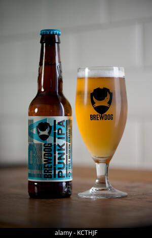 Une bouteille de BrewDog Punk IPA se trouve à côté d'un verre BrewDog rempli de bière (usage éditorial uniquement). - Image de l'éditeur