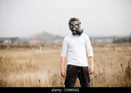 Garçon portant un masque à gaz dans le champ de blé - Image