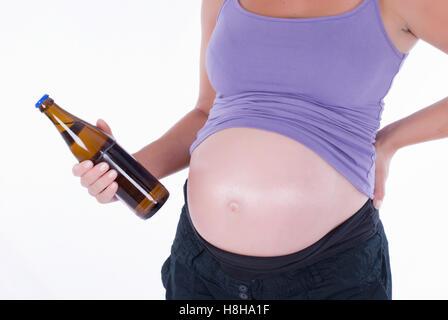 Femmes enceintes tenant une bouteille de bière - Image