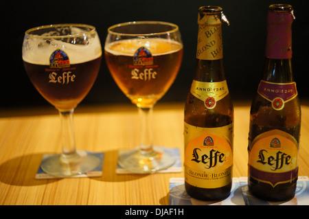 Bouteilles et verres de bière Leffe - Image