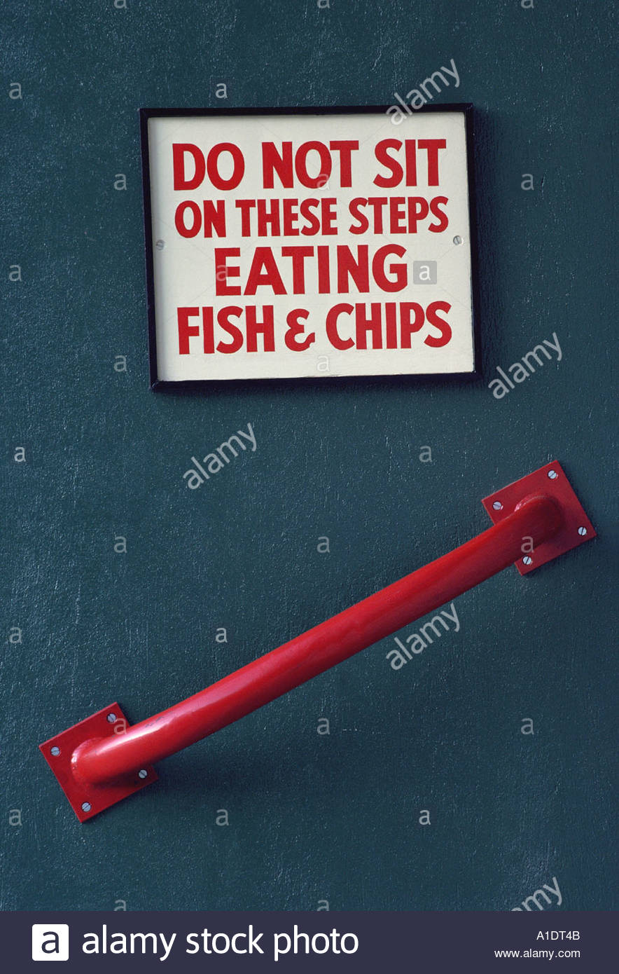 Sign saying Do not sit on these steps eating fish and chips Stock Photo