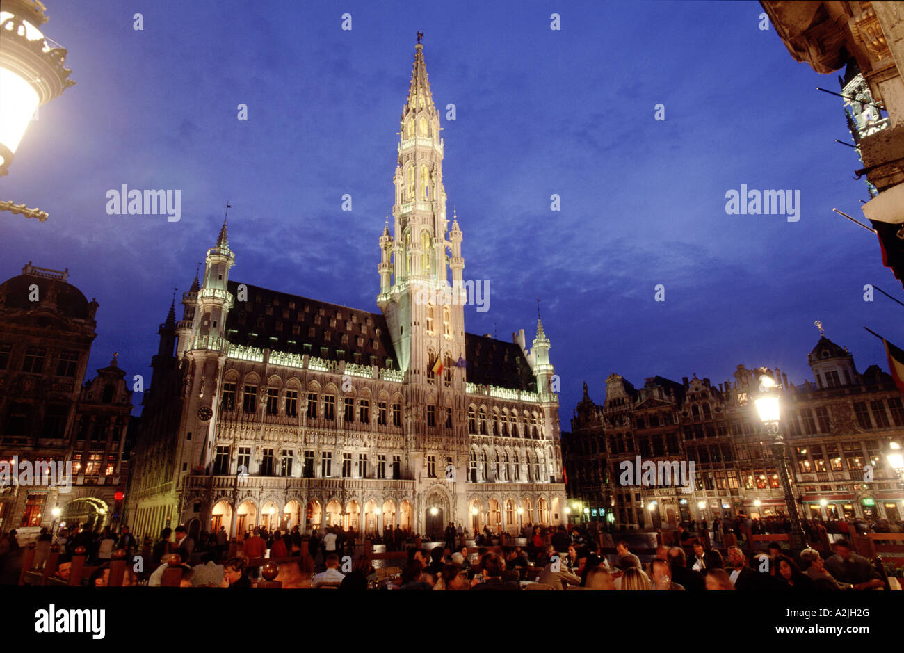 nights-falls-on-the-grand-place-in-old-b