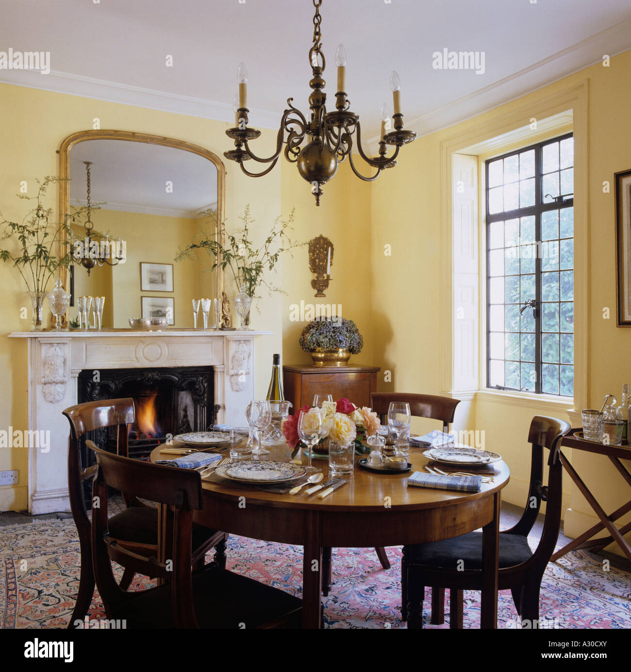 Dining room in English townhouse with country style interior - Stock Image
