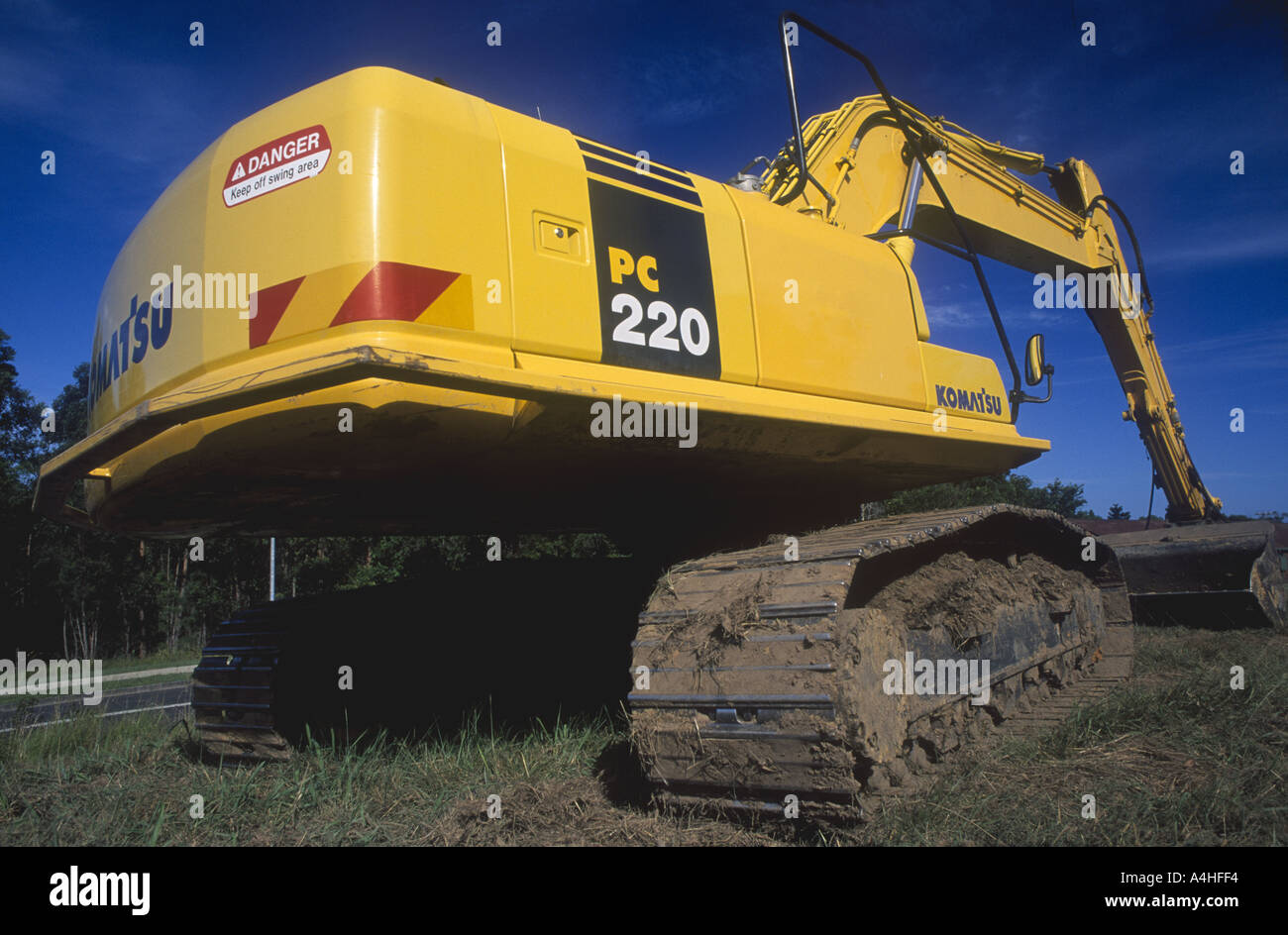 komatsu-excavator-pc-220-showing-body-and-tracks-blue-sky-background-A4HFF4.jpg