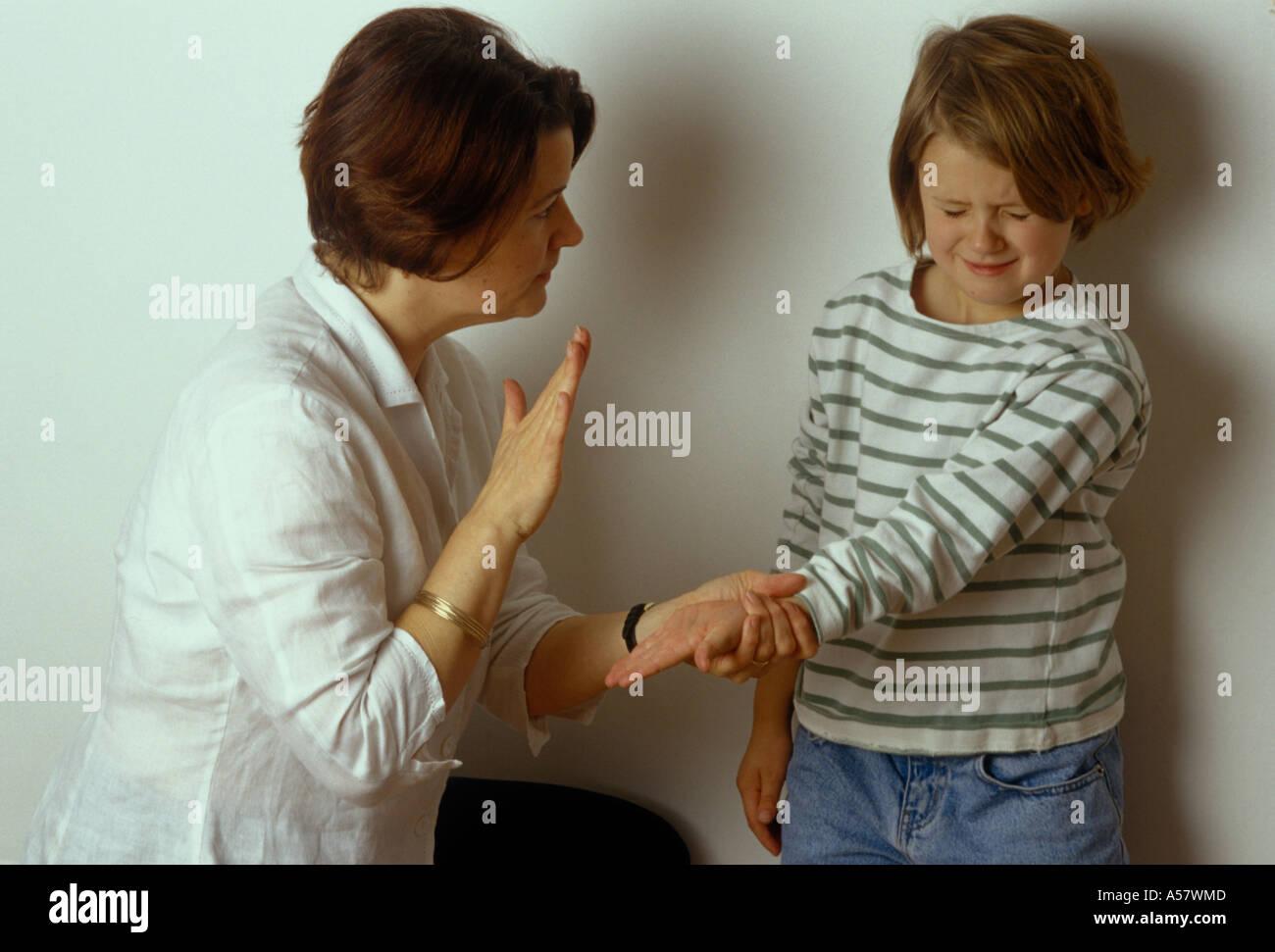 Смотреть мама и папа бьют дочку ремнем, Мама отшлепала дочку по юной попке 13 фотография
