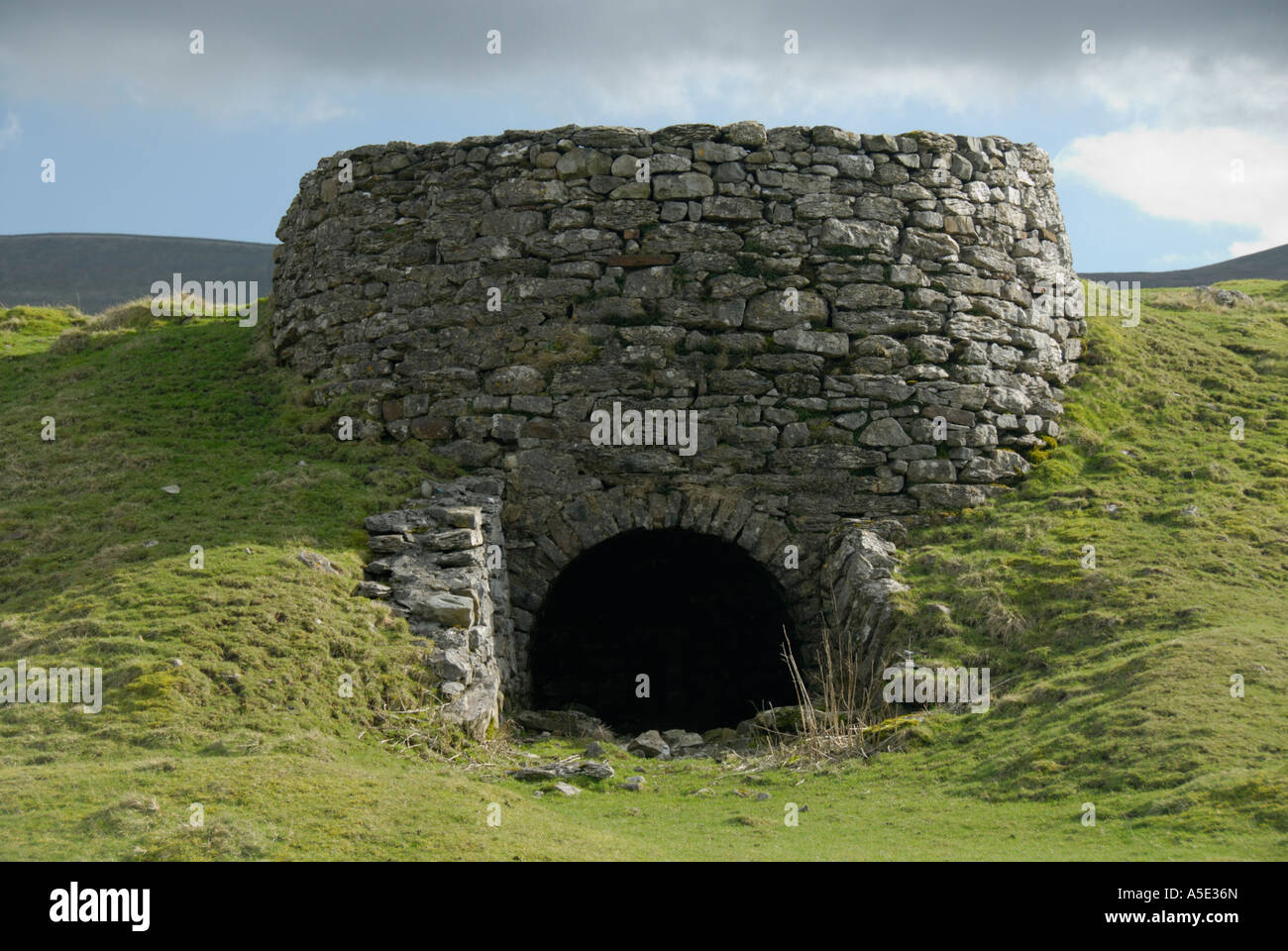 derelict-lime-kiln-chapel-le-dale-near-ingleton-yorkshire-dales-national-A5E36N.jpg