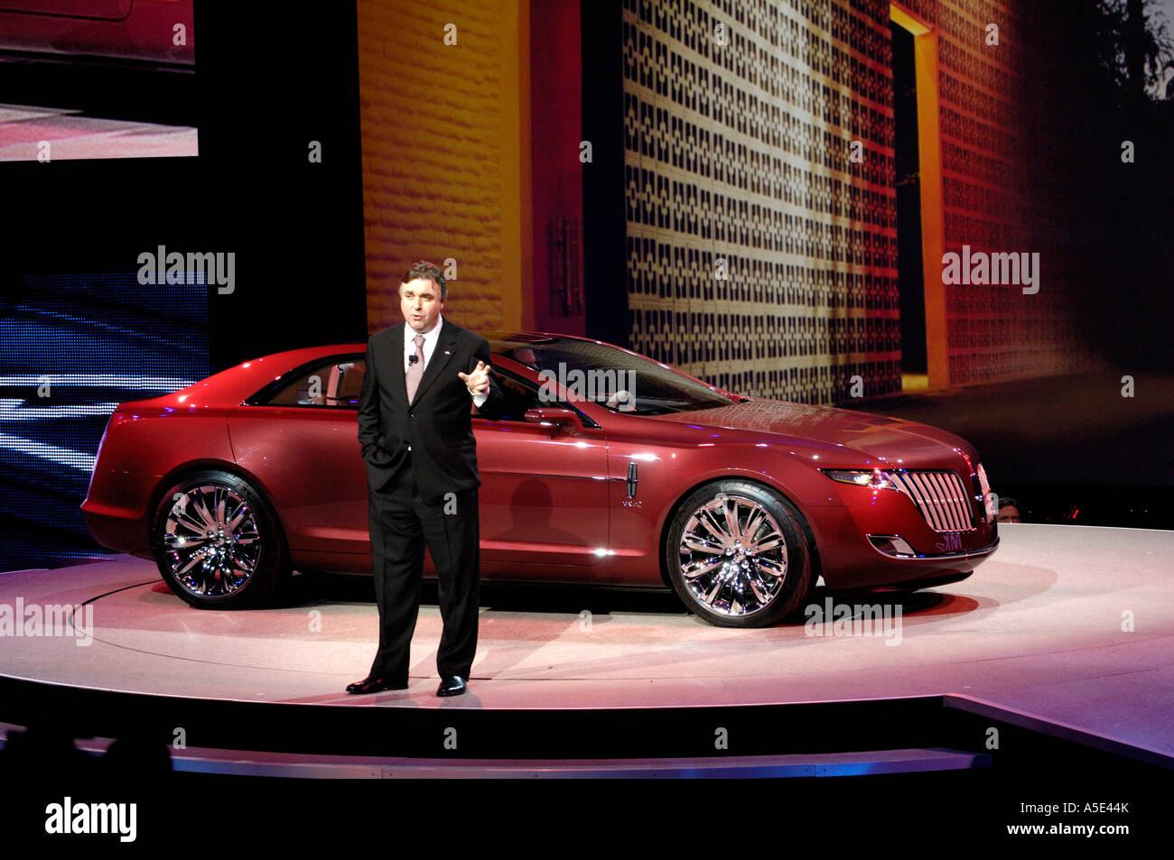 https://c7.alamy.com/comp/A5E44K/ford-motor-company-executive-director-of-design-peter-horbury-introducing-A5E44K.jpg