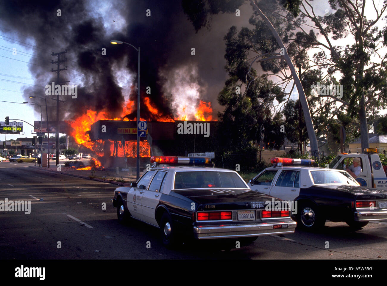 Painet hl0986 scene los angeles riots 1992 california destruction fire flames burning building police cars smoke - Stock Image