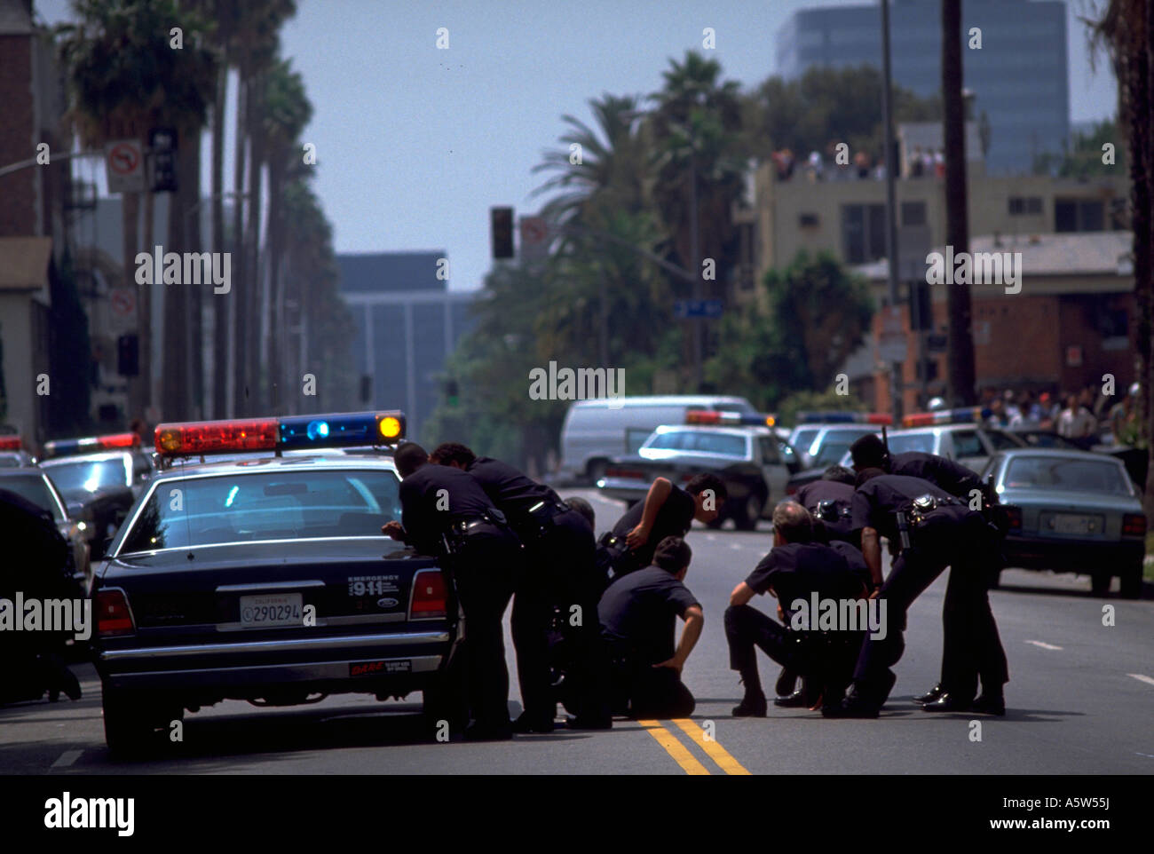 Painet hl0987 scene los angeles riots 1992 california police cars riot unrest policemen chaos anarchy teamwork strategy - Stock Image