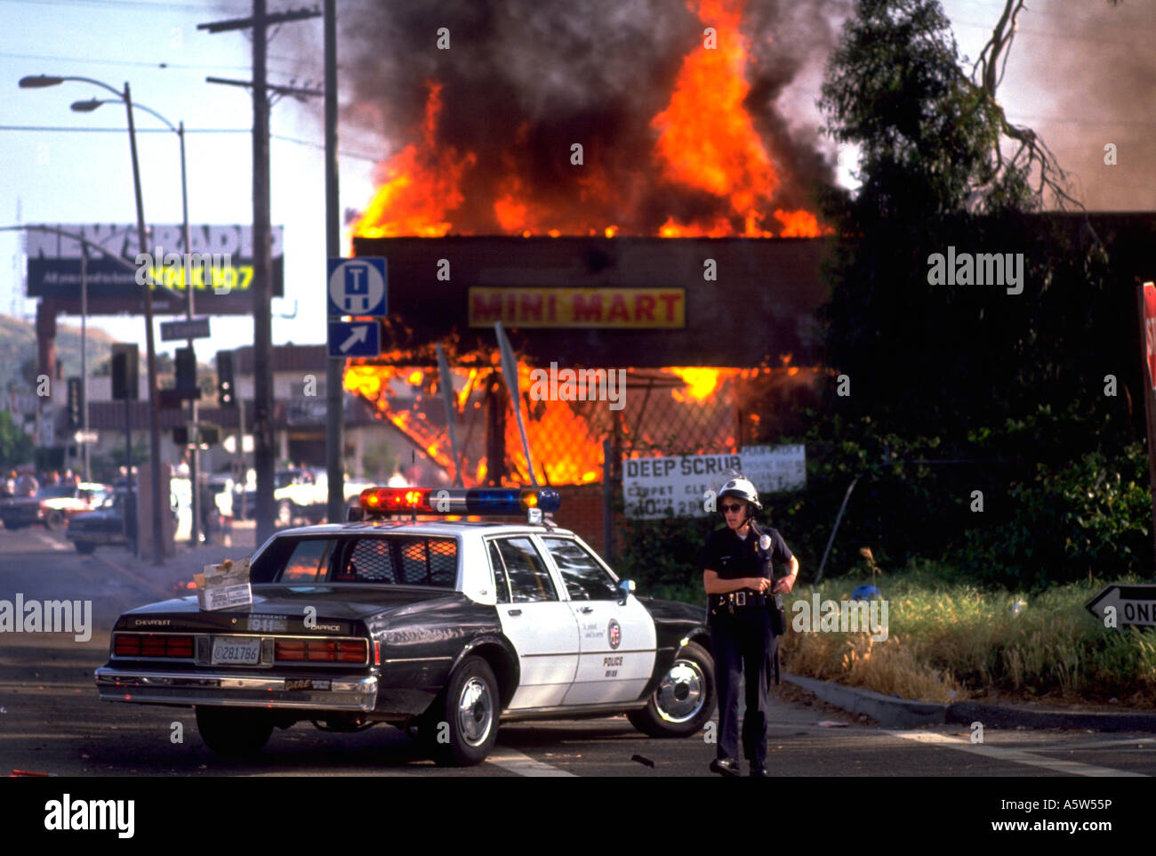 Painet hl0989 scene los angeles riots 1992 california destruction fire flames burning building police cars smoke - Stock Image