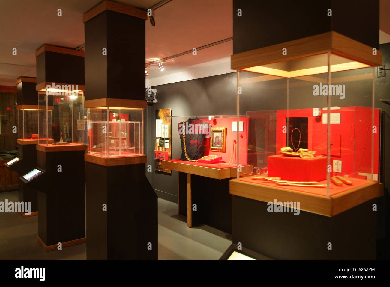 interior-of-the-mel-fisher-s-treasures-museum-key-west-A86AYM.jpg