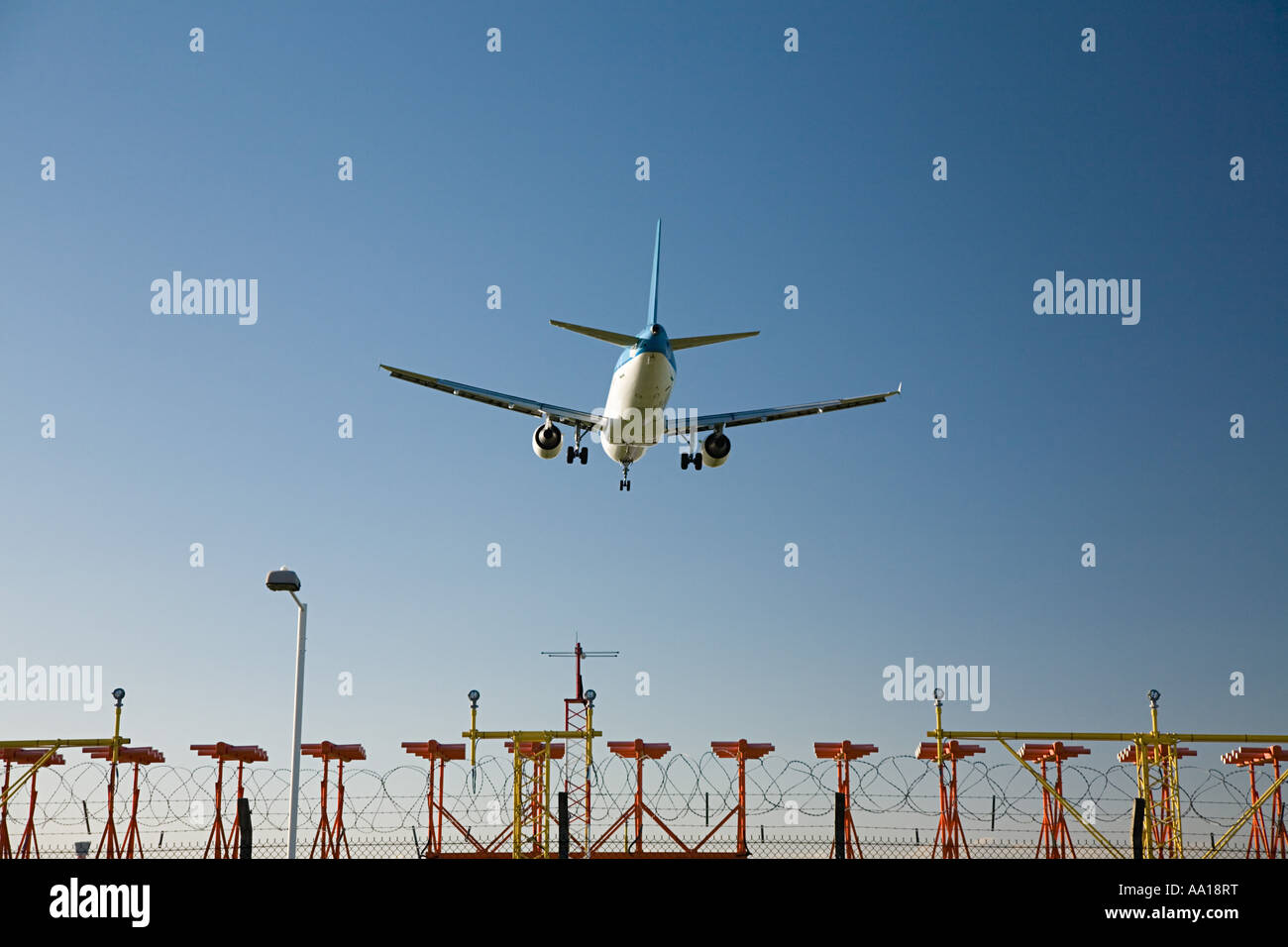 Aeroplane coming in to land - Stock Image