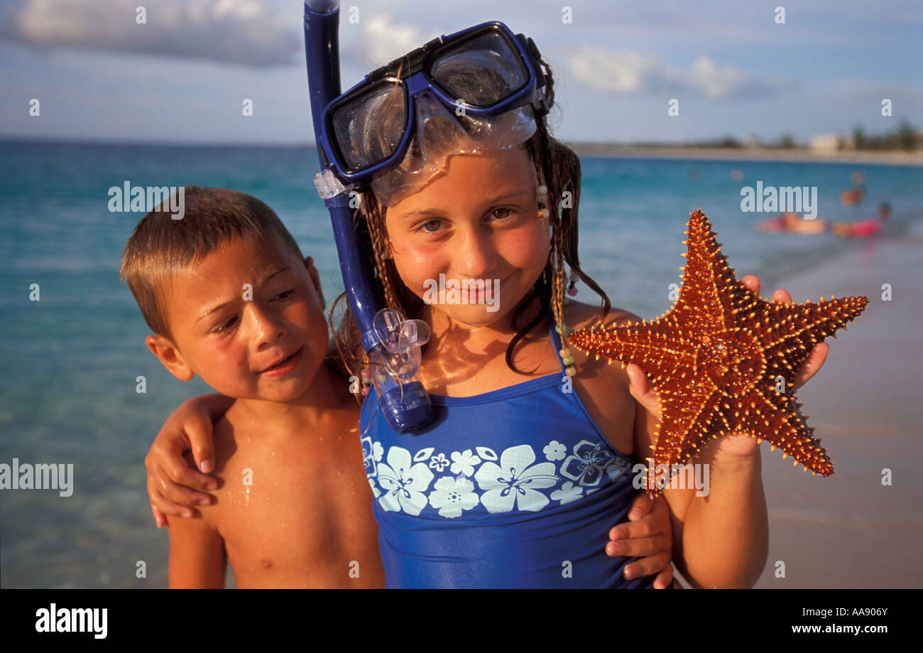 caribbean-turks-and-caicos-islands-provodinciales-kids-find-a-starfish-AA906Y.jpg