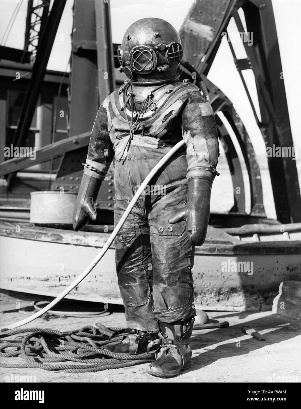 1930s 1940s FULL FIGURE OF MAN IN UNDERWATER HARD HAT DEEP SEA DIVING SUIT Stock Photo