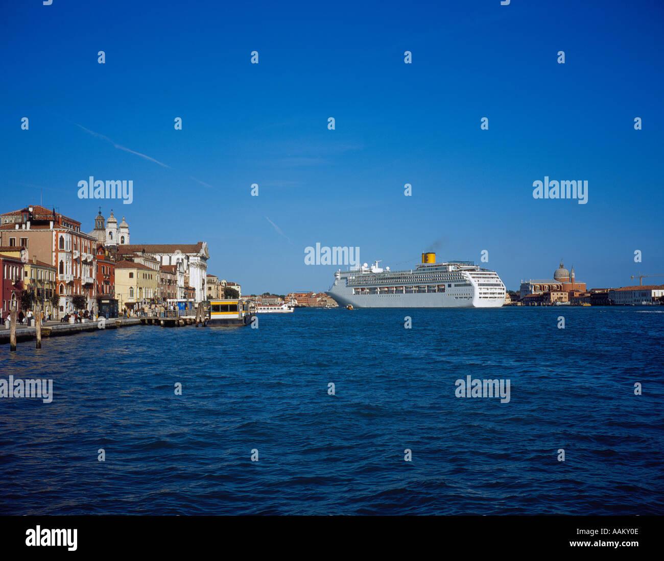 ocean liner at Canale della Giudecca Zattere Fondaco Zattere, Venice, UNESCO World Heritage Site,  Italy, Europe. - Stock Image
