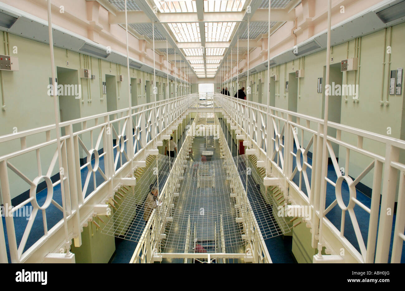 view-of-wing-landing-in-cardiff-prison-south-wales-uk-gb-uk-ABH0JG.jpg