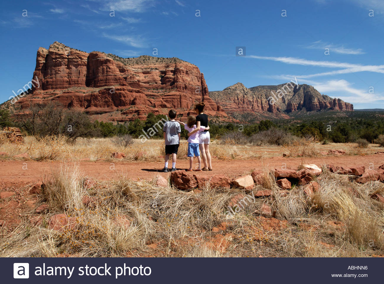 Family on trail path in Red Rock Country, near Sedona, Arizona looking at Couthouse Butte - Stock Image