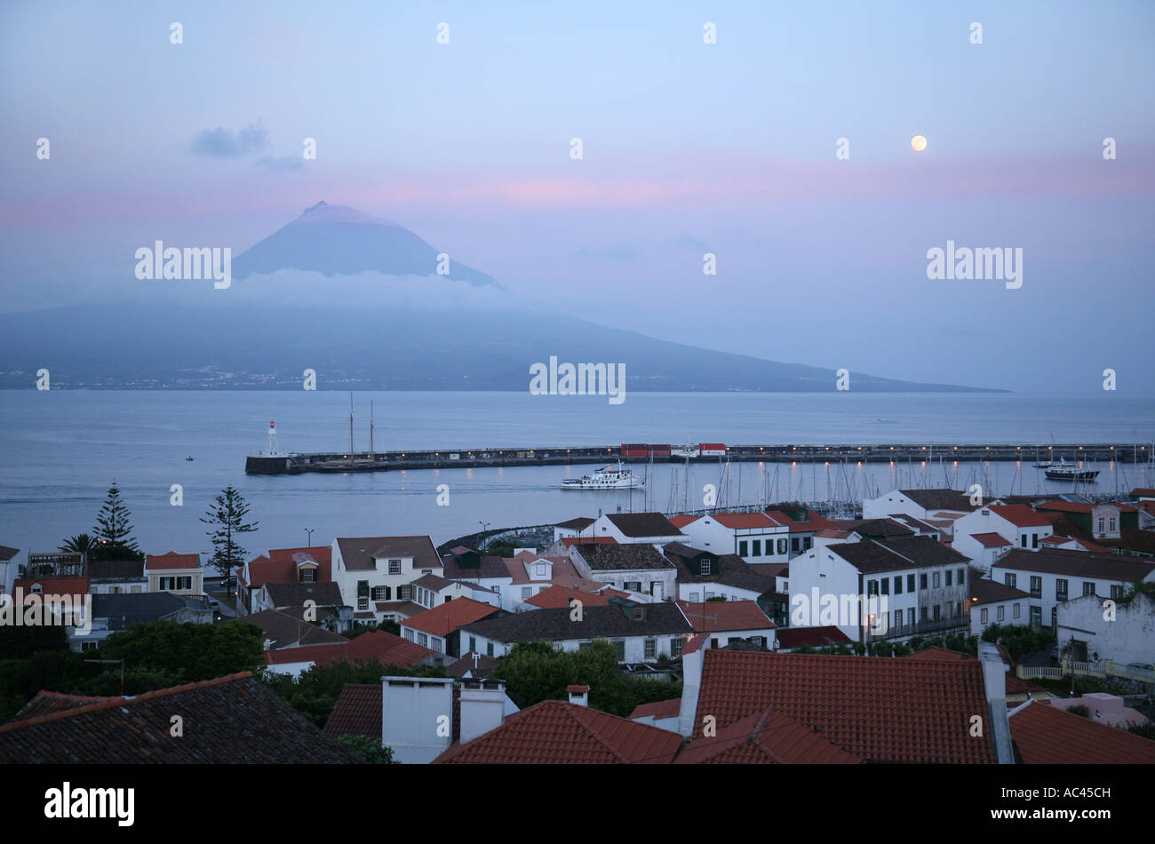 moonrise-over-pico-volcano-seen-from-hor