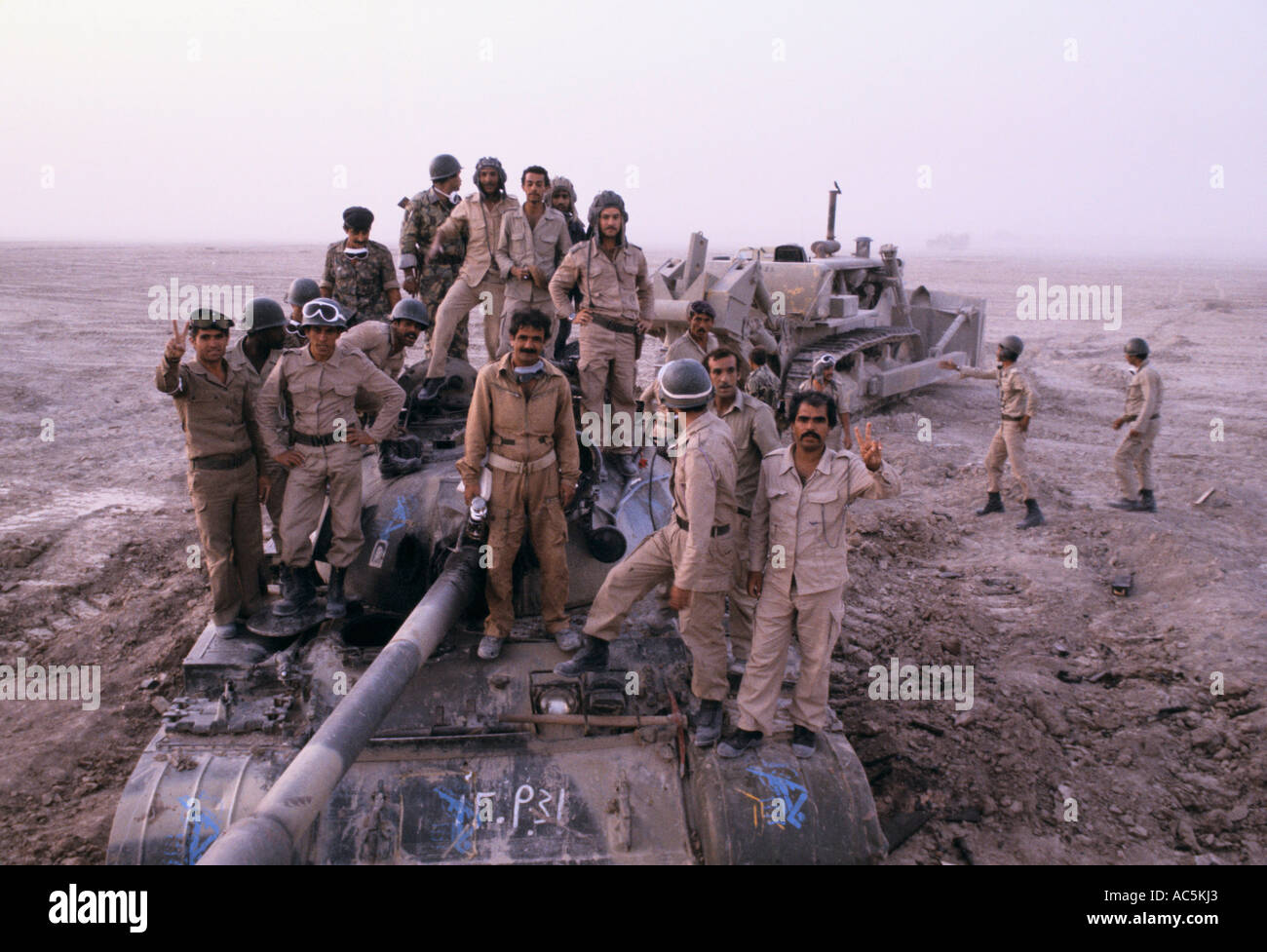 https://c7.alamy.com/comp/AC5KJ3/iran-iraq-war-1980s-soldiers-on-tank-AC5KJ3.jpg