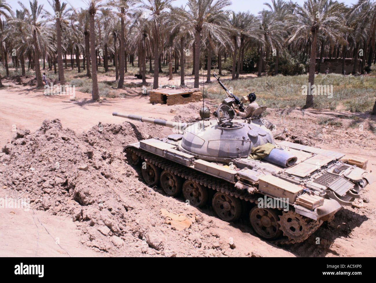 https://c7.alamy.com/comp/AC5XP0/iraq-iran-war-iraqi-soldiers-manning-tank-near-basra-iraq-7-1982-AC5XP0.jpg