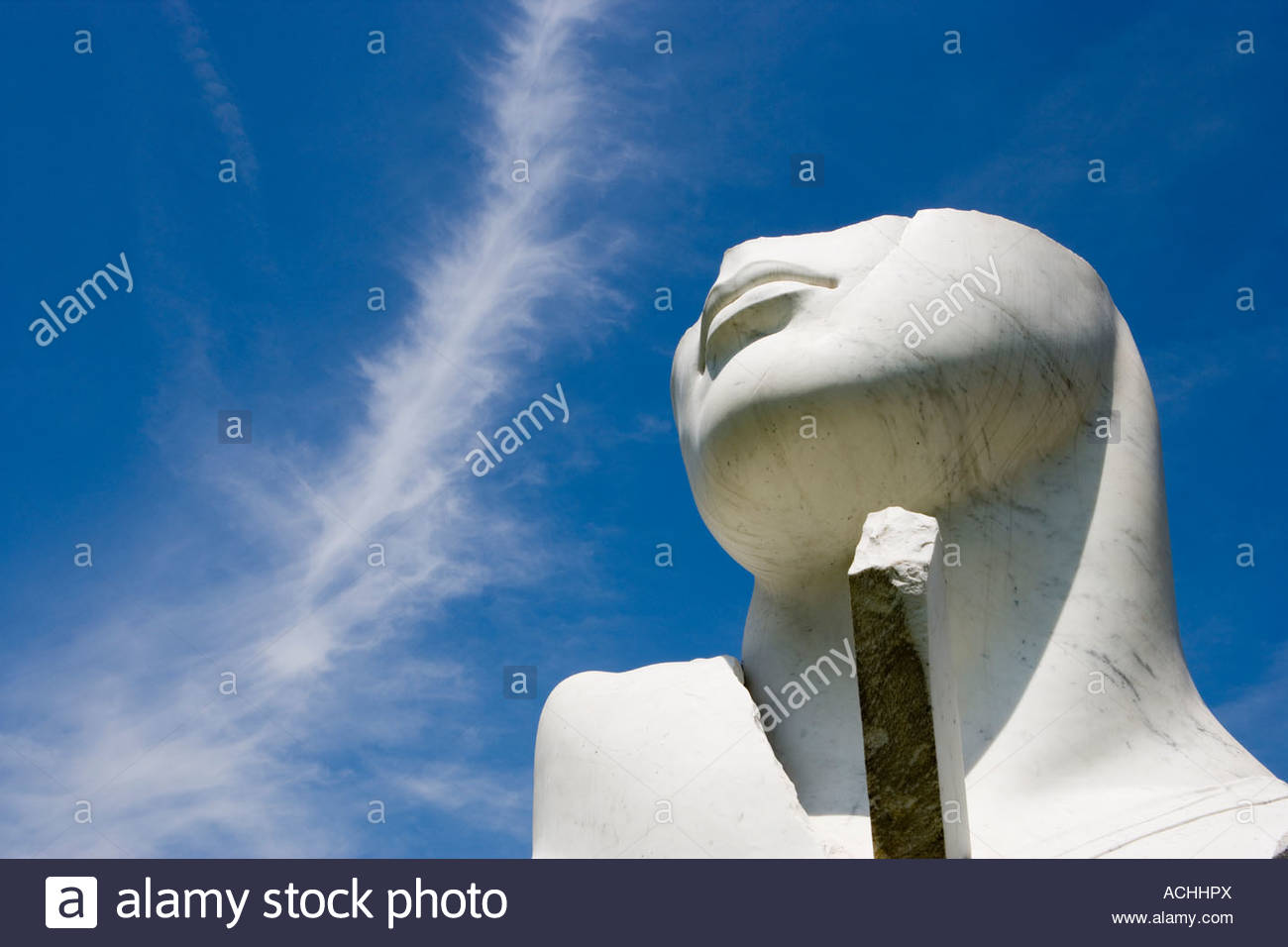 sculpture-of-a-marble-head-at-the-yorkshire-sculpture-park-ACHHPX.jpg