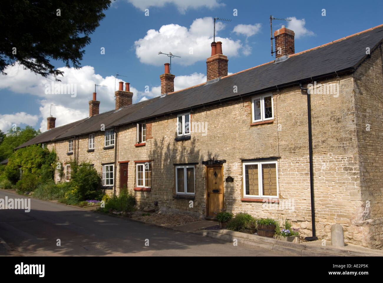 Traditional looking stone cottages at Cosgrove on the Grand Union Canal. The modern TV aerials have been kept in - Stock Image