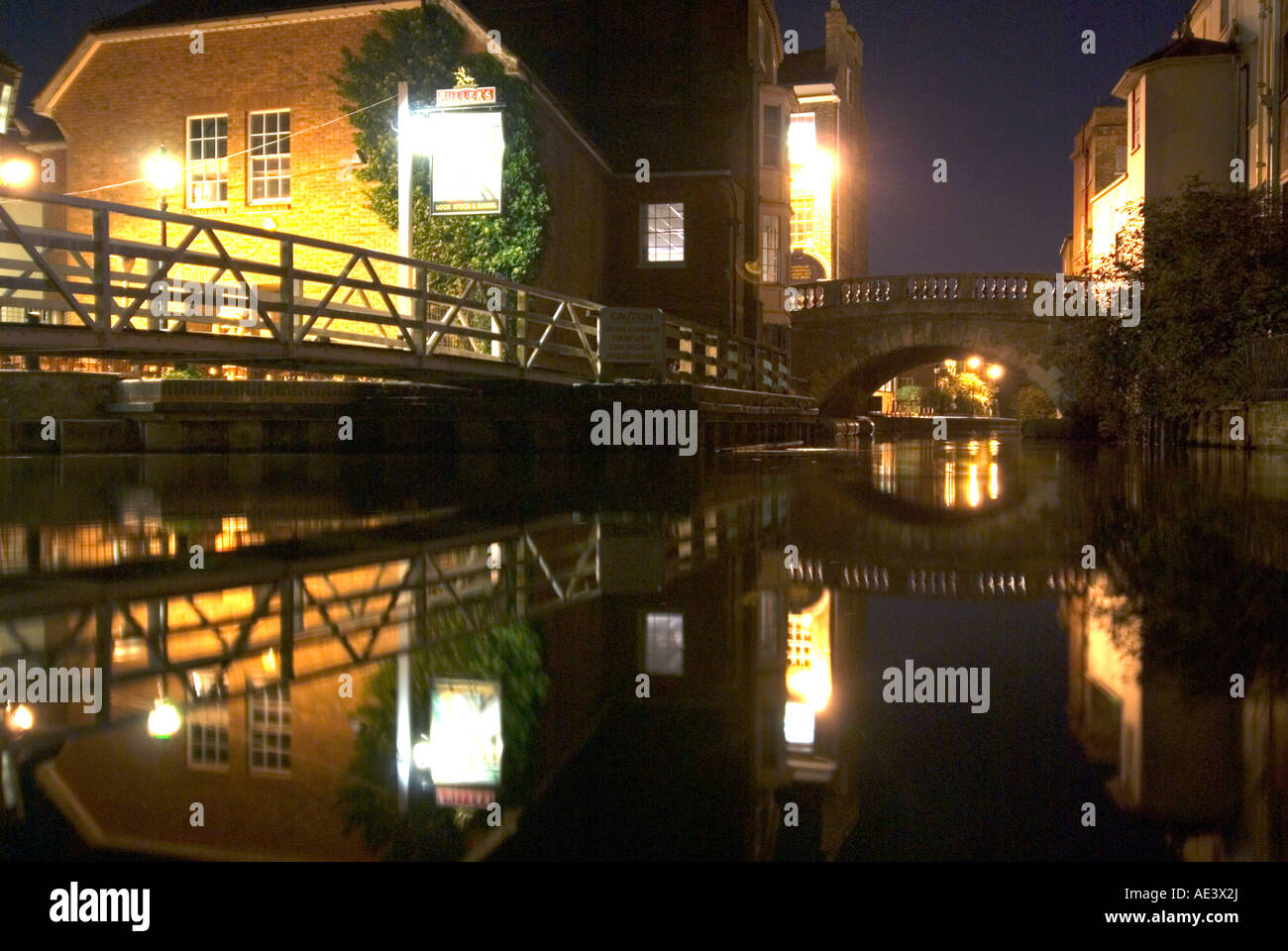 PICTURE CREDIT Doug Blane Pub and bridge at night in Newbury on the kennet and avon canal - Stock Image