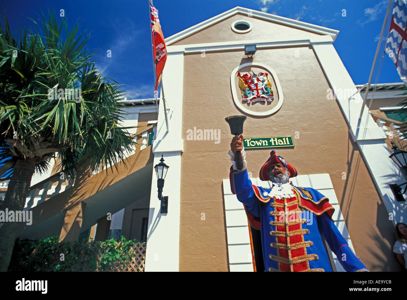 in-the-town-of-st-george-bermuda-the-town-cryer-rings-a-bell-to-call-AE9YCB.jpg