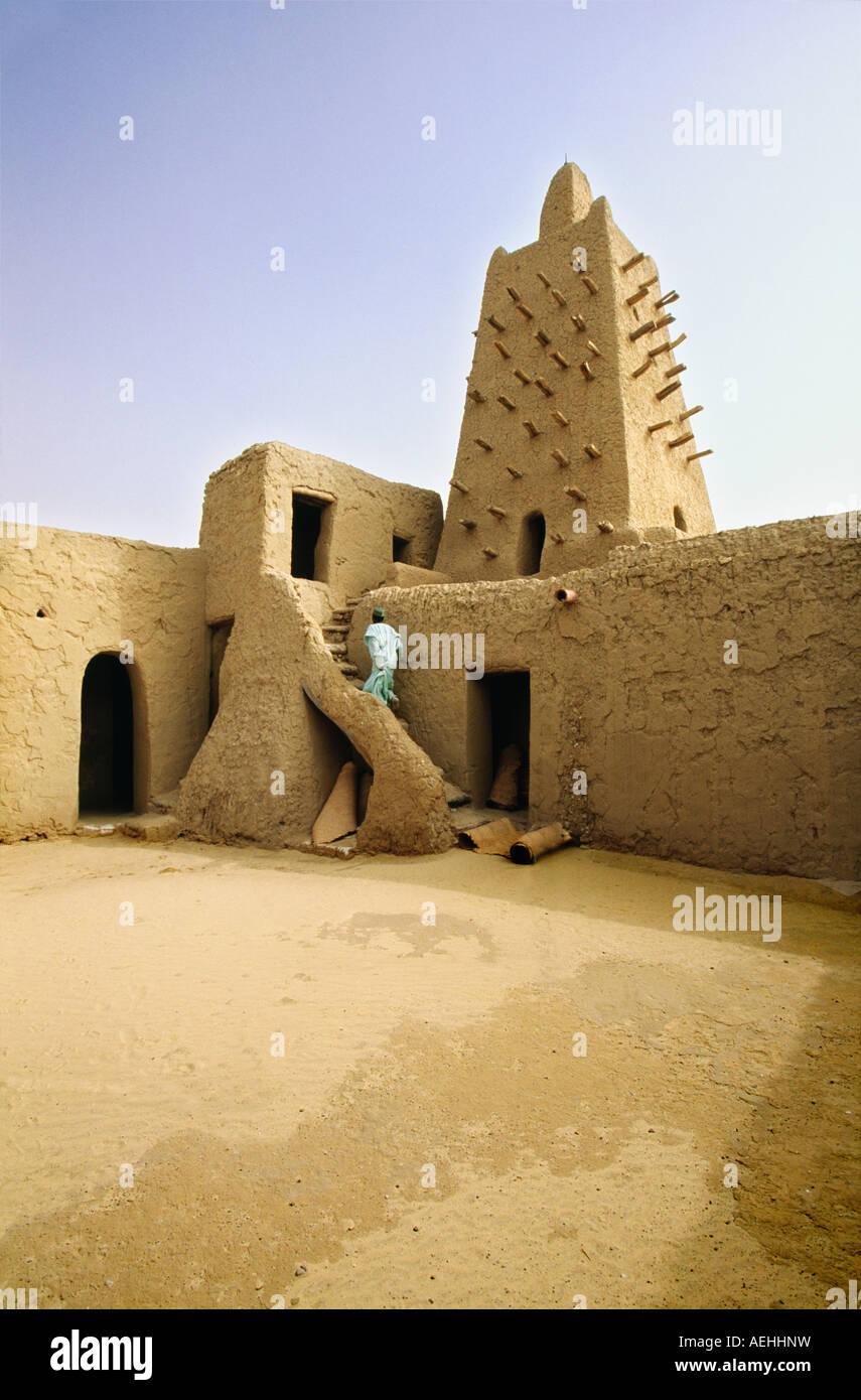 Mali Timbuktu, Man walking at Djingareiber Mosque, 14th century, Oldest mosque in Mali Stock Photo
