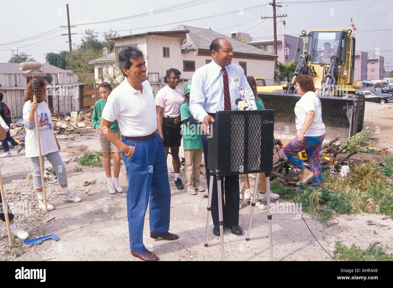 Mayor Tom Bradley overseeing urban cleanup efforts on Earth Day - Stock Image