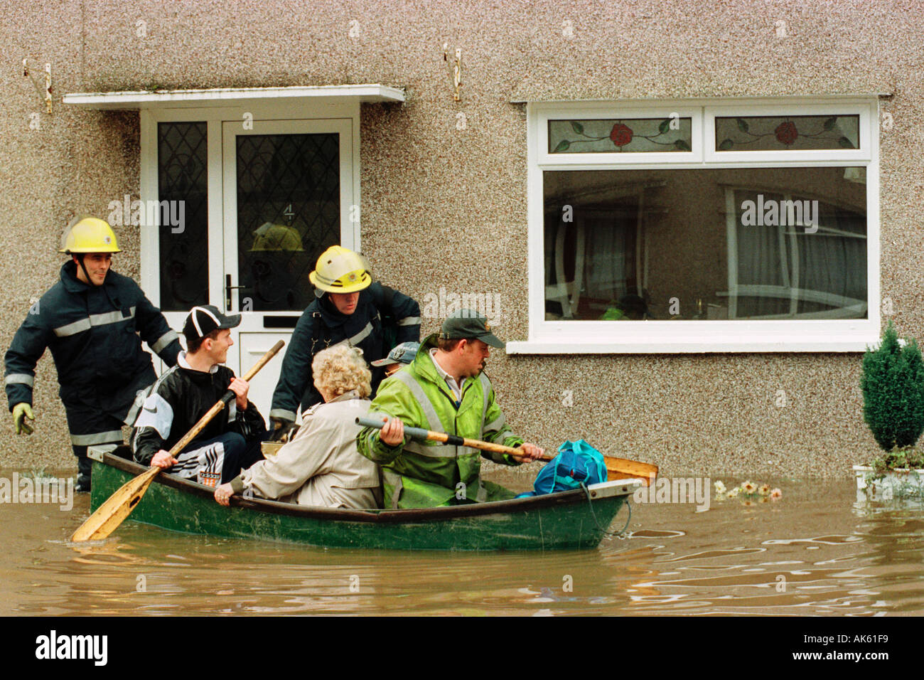residents-being-rescued-after-the-river-taff-burst-it-s-banks-at-aberfan-AK61F9.jpg