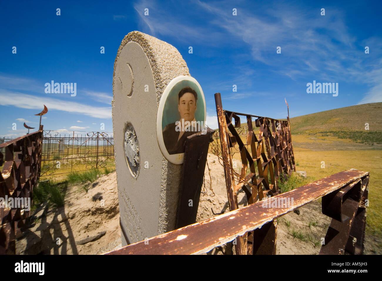 https://c7.alamy.com/comp/AM5JH3/neglected-muslim-graveyard-kazakhstan-in-the-kazakh-steppe-AM5JH3.jpg