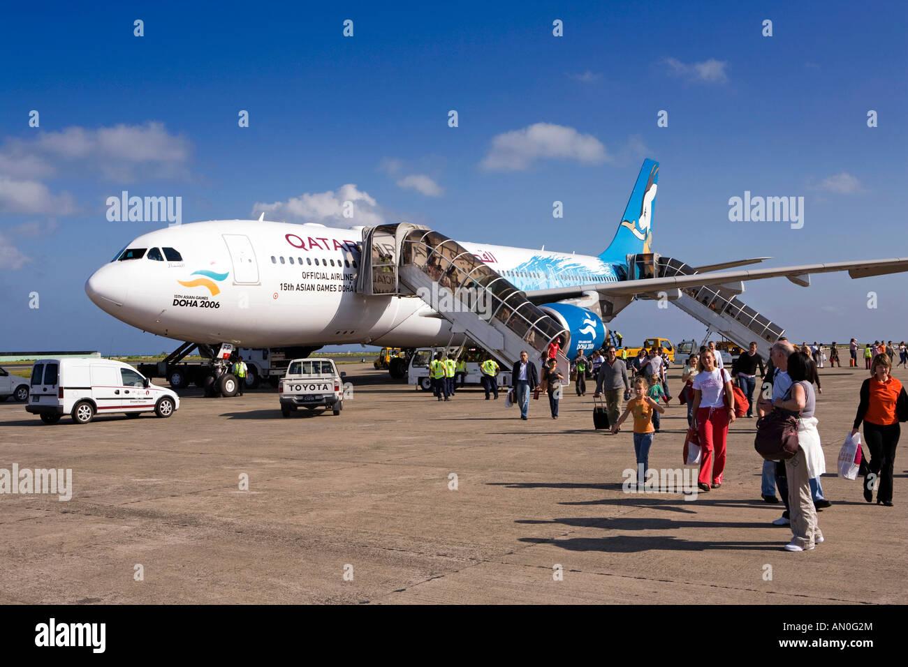 Aeroporto Male Maldive : Maldives male international airport passengers on apron leaving