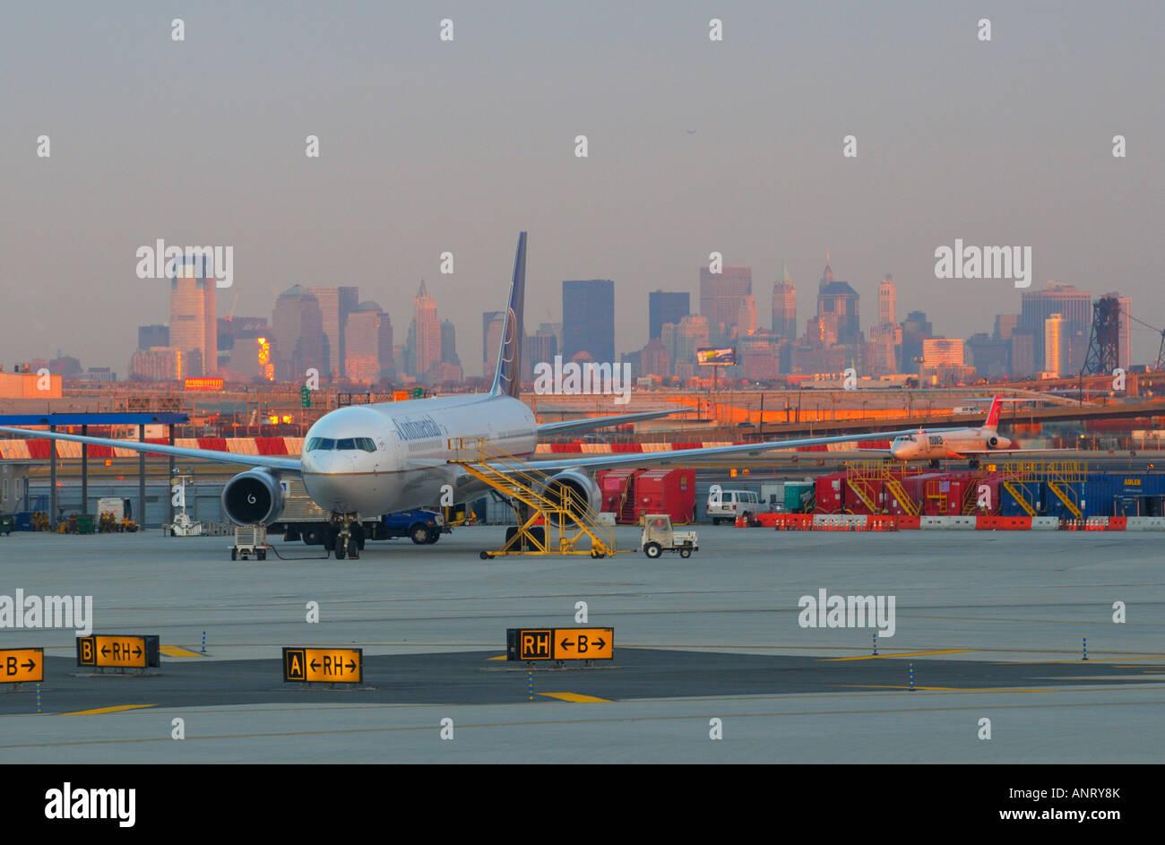 Aeroporto Ewr : Newark international airport ewr hub with manhattan skyline