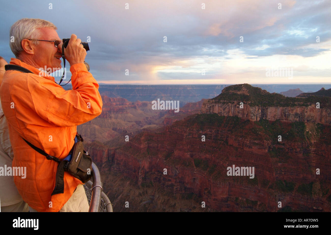 park-visitors-enjoy-the-view-from-the-north-rim-at-sunset-AR7DW5.jpg
