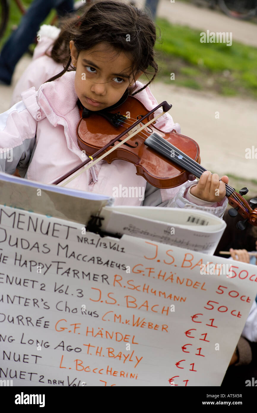amsterdam-the-queens-birthday-little-girl-playing-violin-for-money-AT5X5R.jpg