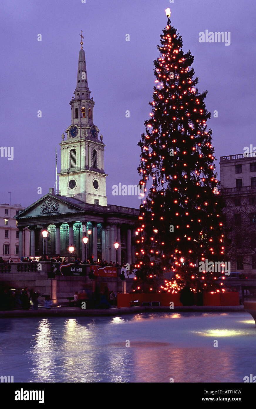 trafalgar square water fountains norway christmas tree night london ...