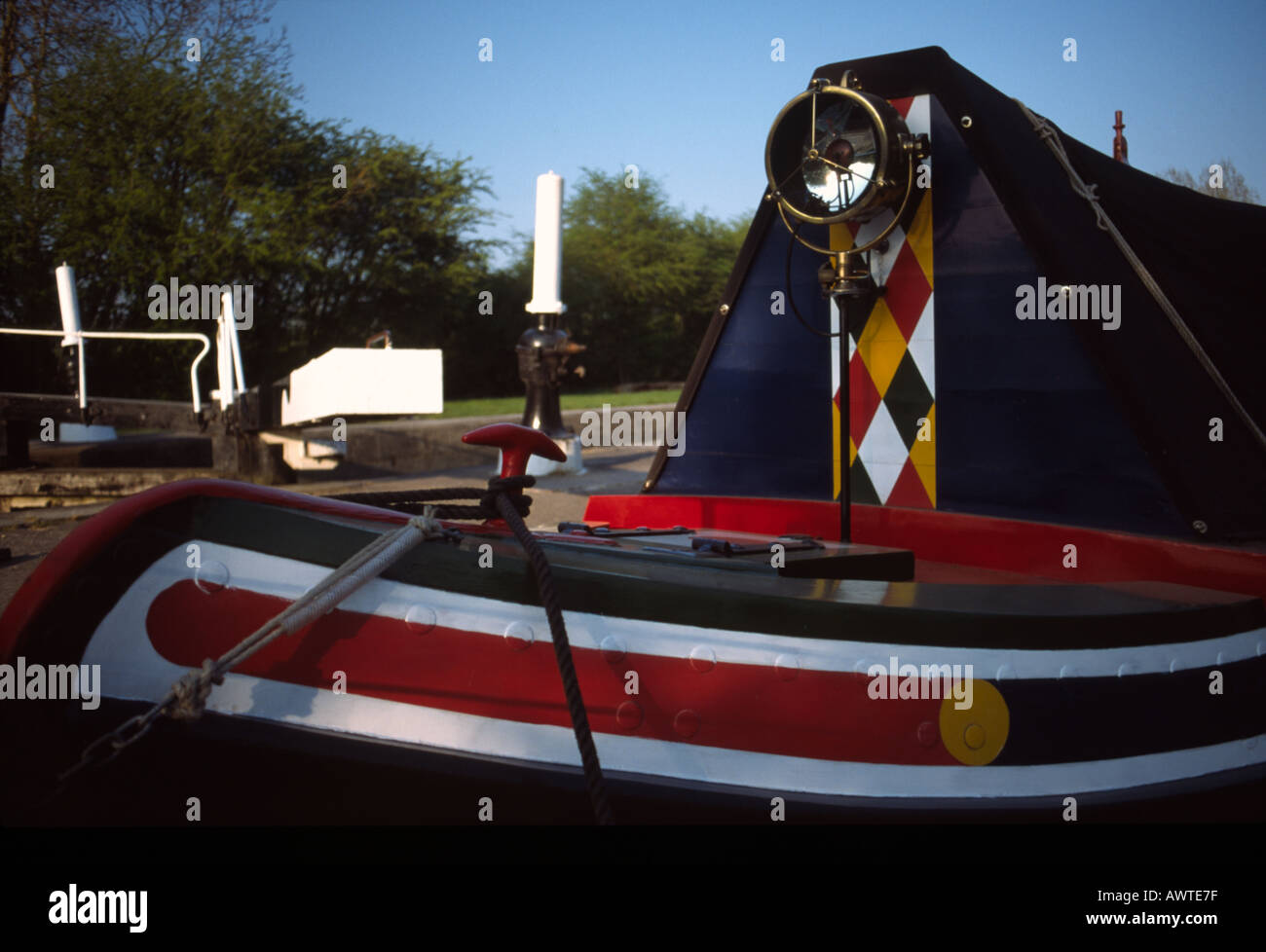 PICTURE CREDIT DOUG BLANE Traditional narrowboat with canal lock in background Grand Union Junction Canal - Stock Image
