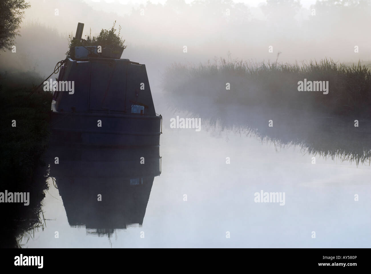 Doug Blane Moored narrowboat on a mysty noring on the Oxford Canal - Stock Image