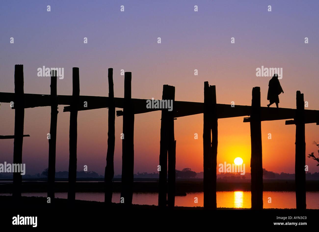 https://c7.alamy.com/comp/AYN3C0/u-bein-bridge-myanmar-burma-monk-crossing-u-beins-bridge-on-taungthaman-AYN3C0.jpg