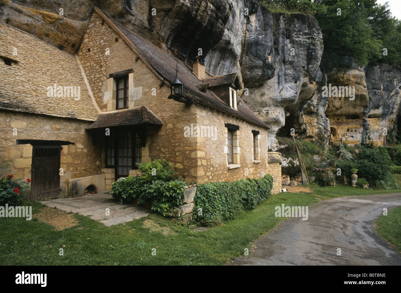 cave house built into a cliff in the town of st cirq france stock photo 17746442 alamy. Black Bedroom Furniture Sets. Home Design Ideas